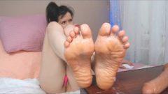 Webcam Girl Viktoria Drowns Her Soles In Spit